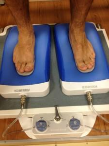 Les semelles sont mises en place sur des coussins empreinteurs sous vide préalablement formés aux pieds du patient.